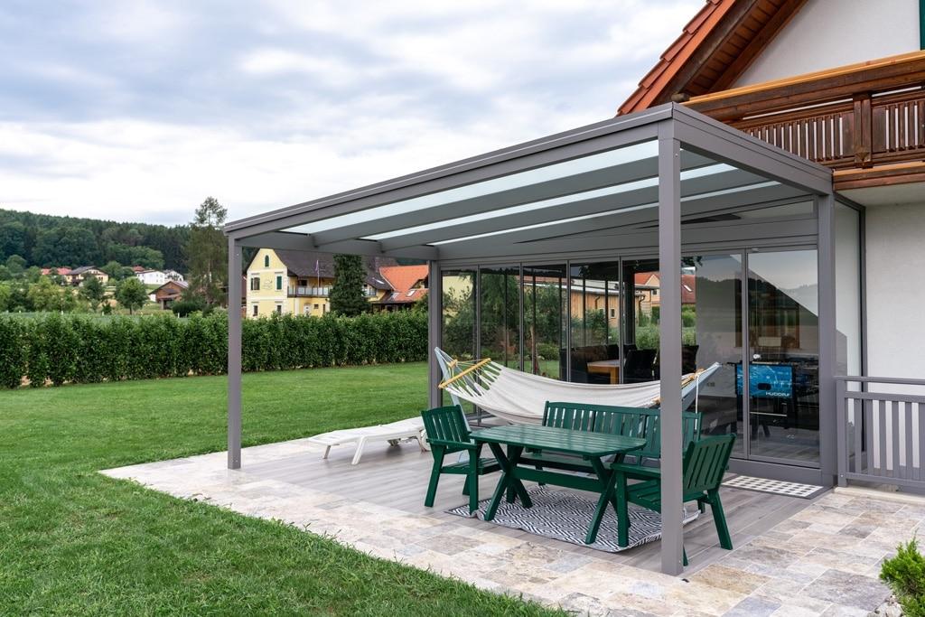 Terrassendach Alu 94 a   Kombiniert mit allseitig verglastem Sommergarten, Aluminium grau   Svoboda