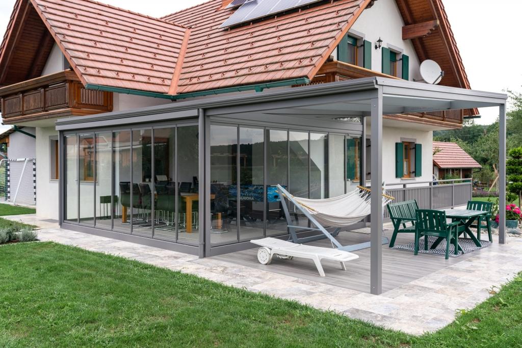 Terrassendach Alu 94 d   Kombiniert mit allseitig verglastem Sommergarten, Aluminium grau   Svoboda
