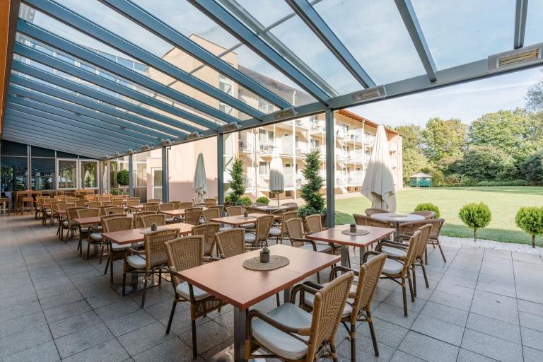 Terrassendach Alu 95 a   Aluminiumüberdachung mit Glaseindeckung & Heizstrahlern bei Hotel   Svoboda