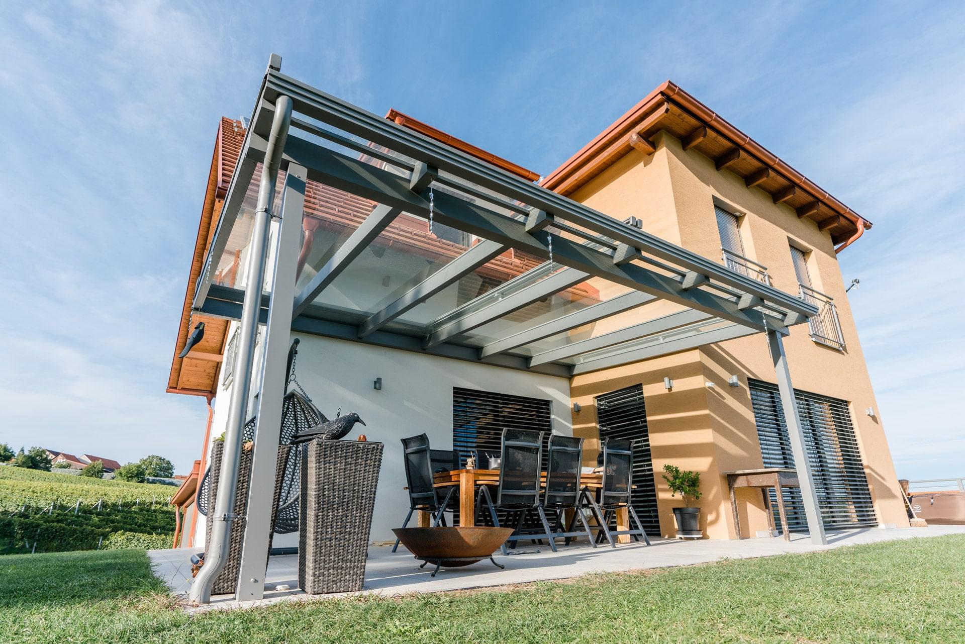 Terrassendach Alu 96 a   Alu-Glas-Dach grau bei Terrassen-Sitzplatz, Klarglas-Eindeckung   Svoboda