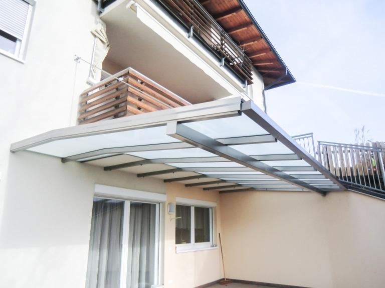 Terrassendach Niro 02 a   ohne Steher an Balkonbodenplatte befestigt, Edelstahl-Mattglas   Svoboda