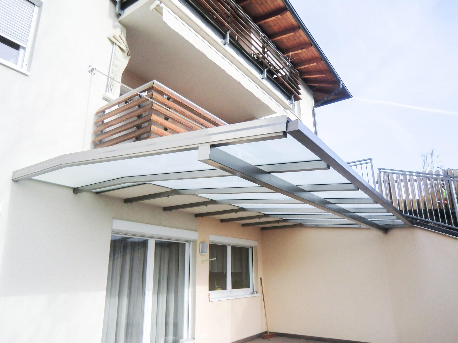 Terrassendach Niro 02 a | ohne Steher an Balkonbodenplatte befestigt, Edelstahl-Mattglas | Svoboda