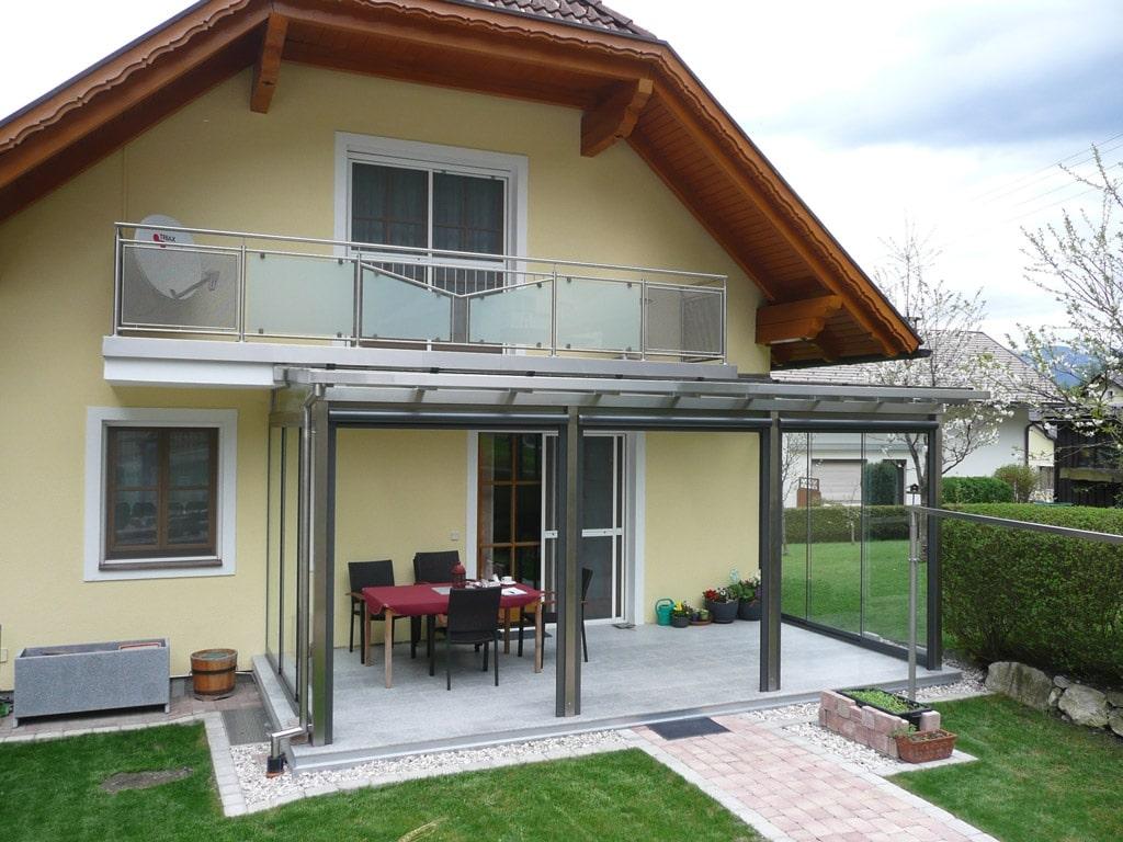 Terrassendach Niro 04 a | bei gelbem Haus angebaut, Sitzplatzdach Terrasse Edelstahl | Svoboda