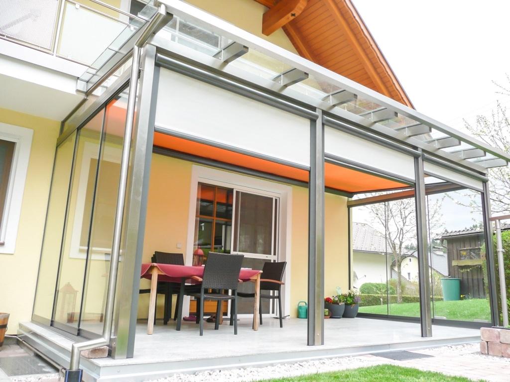 Terrassendach Niro 04 c | seitliche Glasschiebeelemente, halb geöffneten Z-Markisen grau | Svoboda