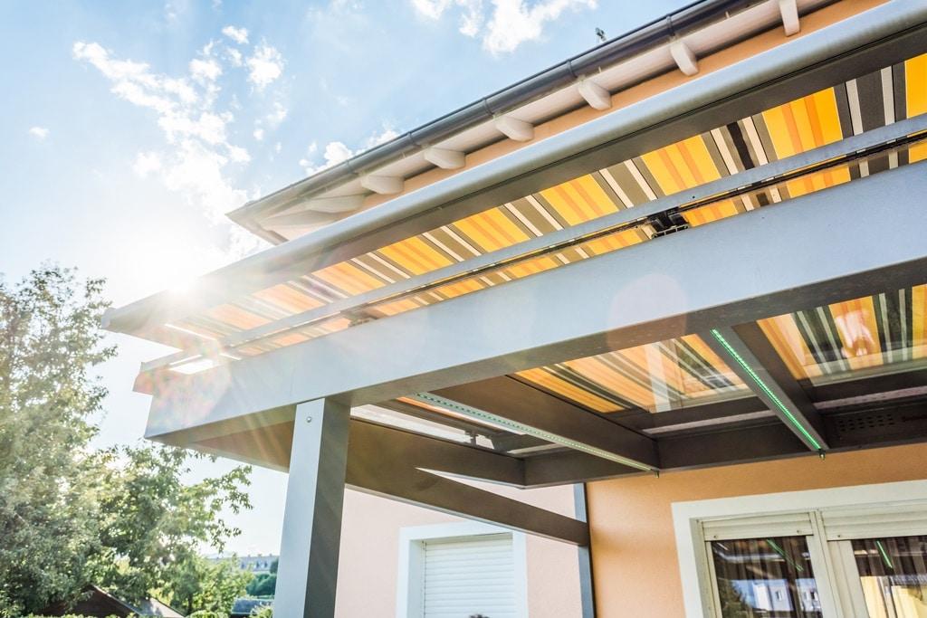 TM 12 c | Sonnenschutzmarkise auf Aluminiumdach, Markisenstoff mit Streifen gelb grau | Svoboda