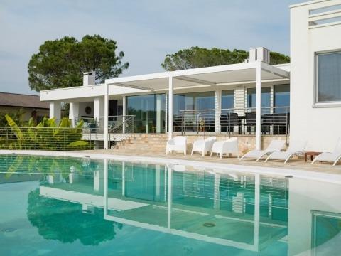 Vision 01 b | weißes Doppel-Lamellendach bei Terrasse, modernes weisses Haus mit Pool | Svoboda