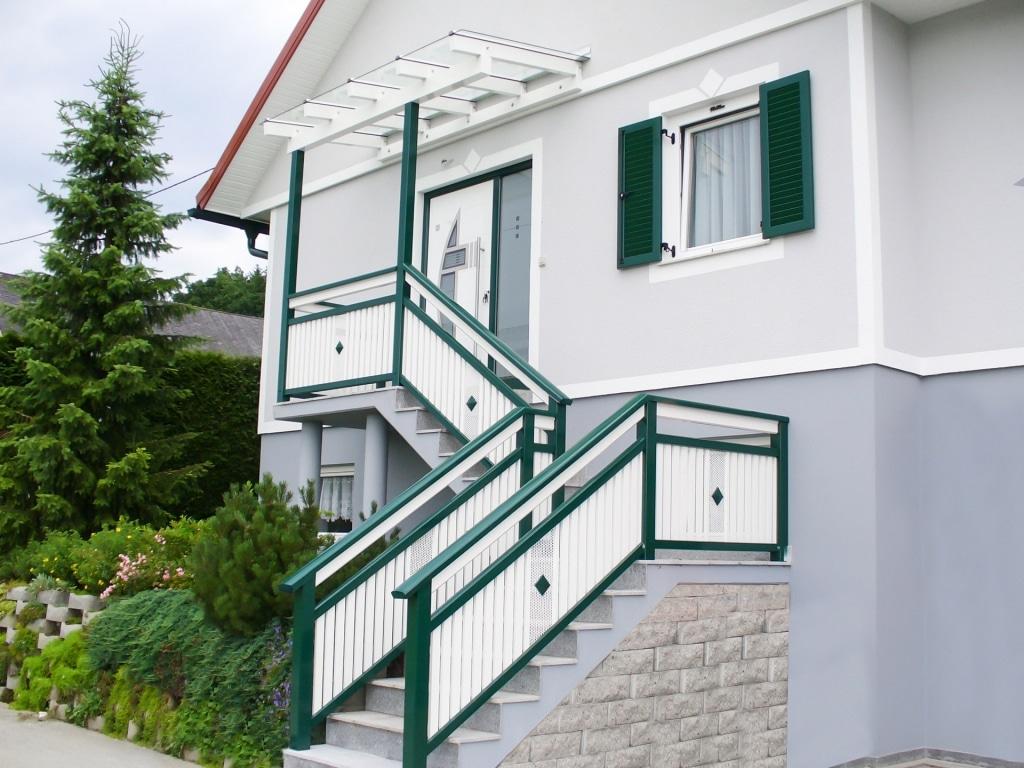 Vordach Alu 03 | weiß-grünes Aluminium-Klarglas-Vordach, Stiegenaufgang mit Alu-Geländer | Svoboda