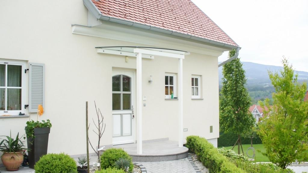 Vordach Alu 07 a | weißes Aluminium-Rundglas-Eingangsdach, Glas-Montage mit Punkthaltern | Svoboda