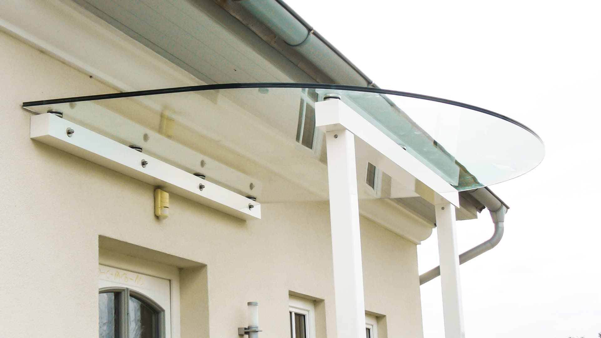 Vordach Alu 07 b | weißes Aluminium-Rundglas-Eingangsdach, Glas-Montage mit Punkthaltern | Svoboda