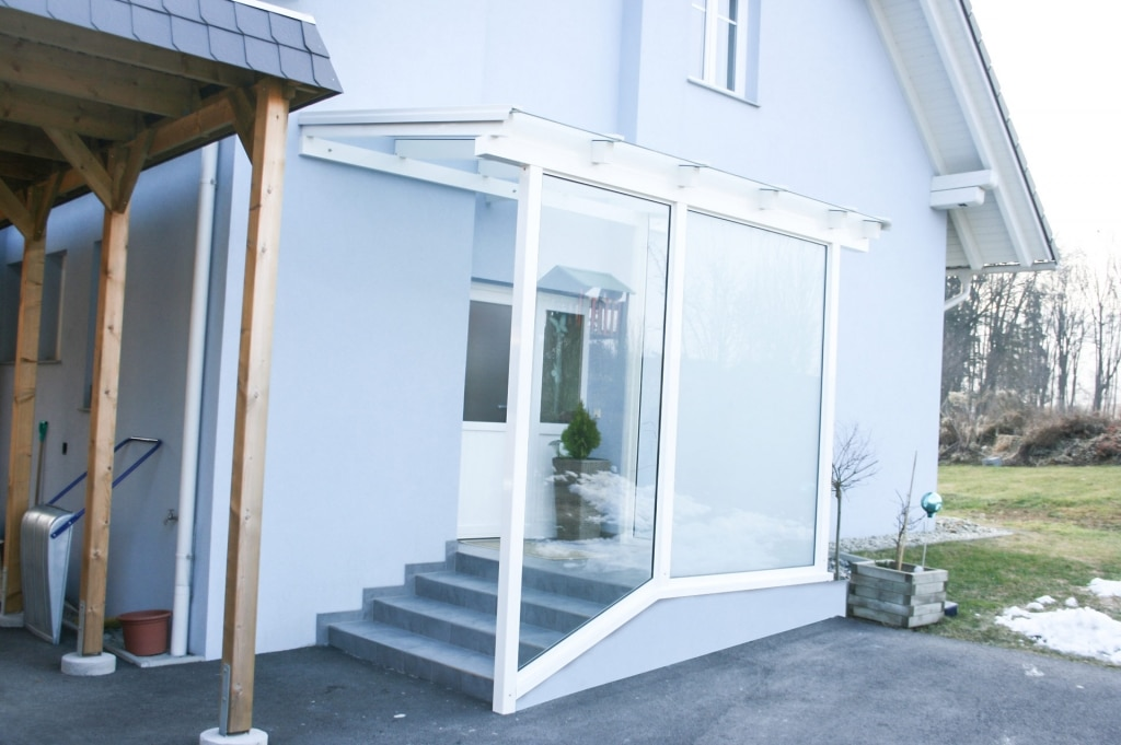 Vordach Alu 12 b | weiße Aluminium-Überdachung bei Haustür mit Klarglas Windfang | Svoboda