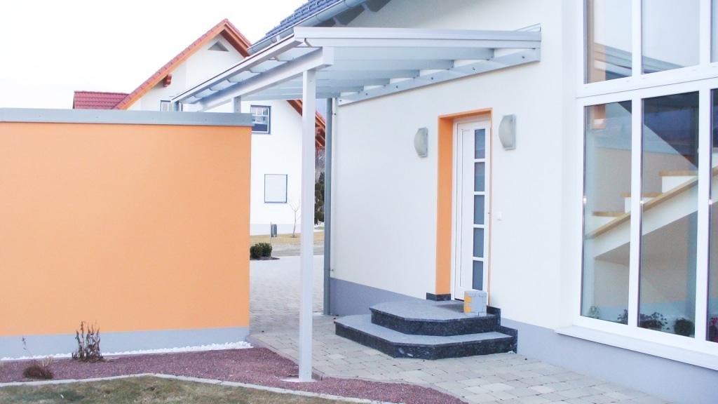 Vordach Alu 15 a | Aluminiumüberdachung bei Eingang, Wandmontage plus Alusteher, hellgrau | Svoboda
