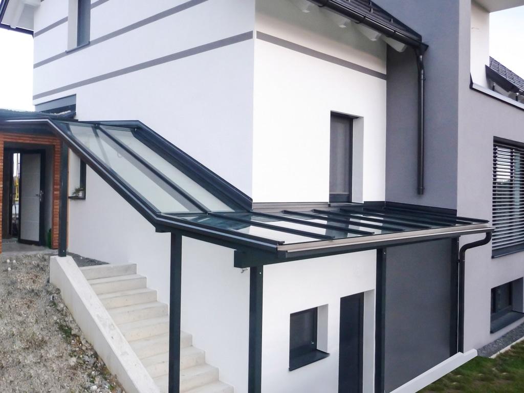 Vordach Alu 19 | Aluminium-Glas-Überdachung bei Kellerabgang in Anthrazitgrau mit Klarglas | Svoboda
