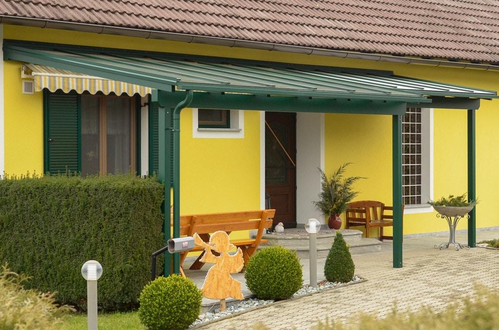 Vordach Alu 21 a   Eingangsüberdachung inklusive Terrassendach aus grünem Alu, Haus gelb   Svoboda
