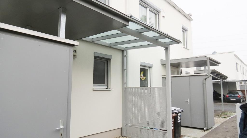 Vordach Alu 30 | Vordach bei Wohnblock mit Mülleinhausung und Lochblech-Sichtschutz | Svoboda