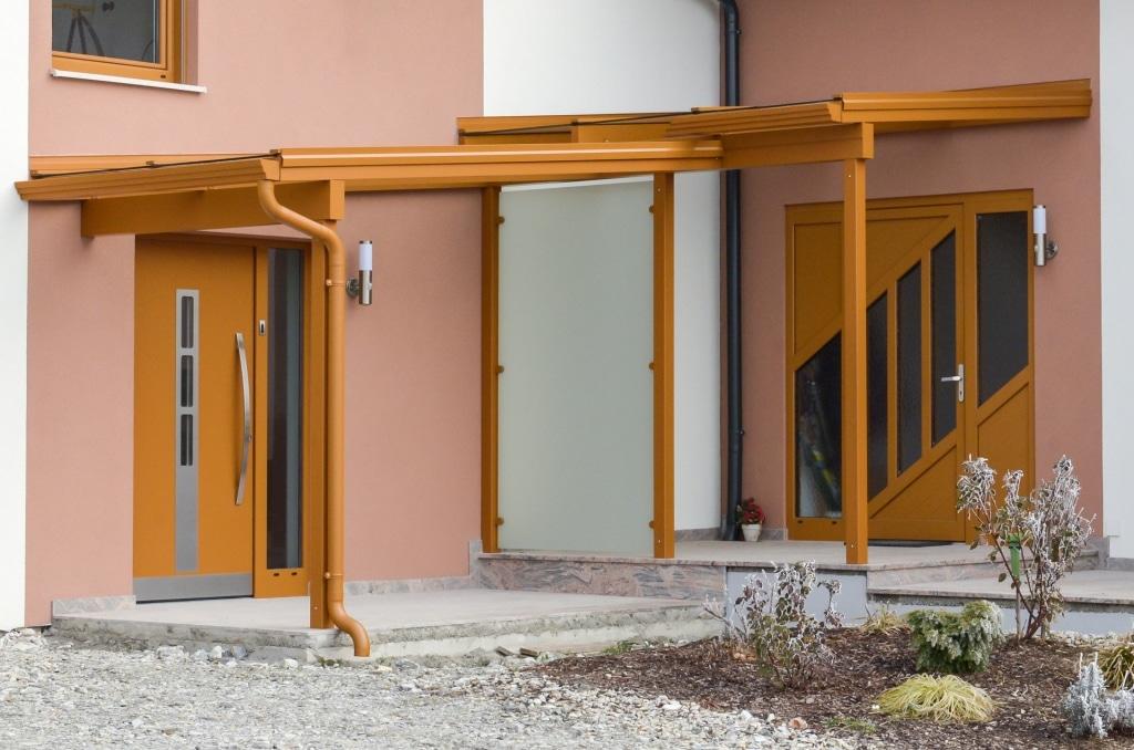 Vordach Alu 31 a   Alueingangsdach braun mit Alu-Mattglas-Trennwand zwischen 2 Eingängen   Svoboda