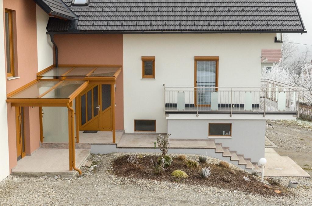 Vordach Alu 31 b   Alu-Dach braun bei 2 Eingängen, Klarglas & Mattglas-Sichtschutz-Wand   Svoboda