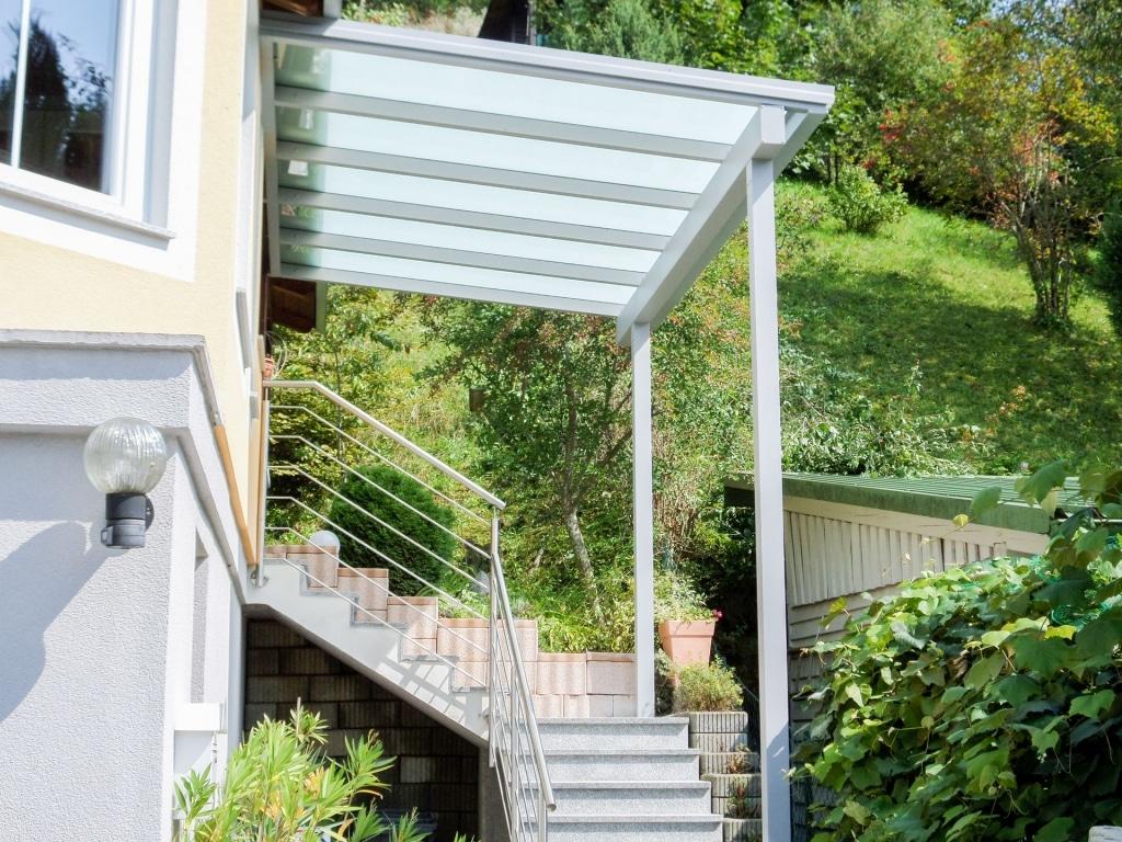 Vordach Alu 33   Graues Aluminium-Vordach bei Stiegenabgang mit matter Glaseindeckung   Svoboda