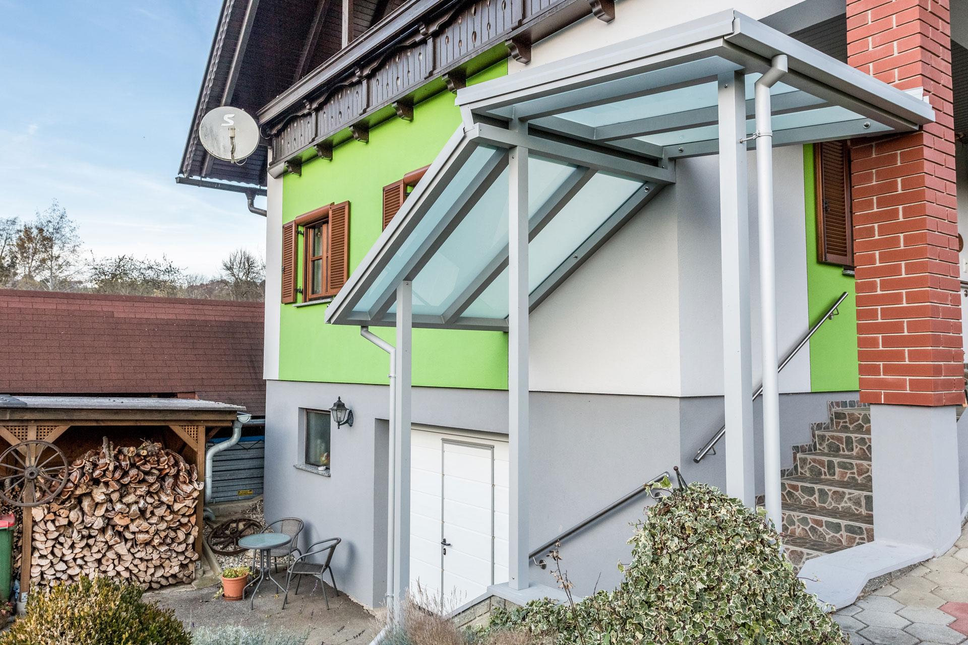 Vordach Alu 35 a   Aluminiumstiegenüberdachung hellgrau mit Glas matt, zweiseitig geneigt   Svoboda