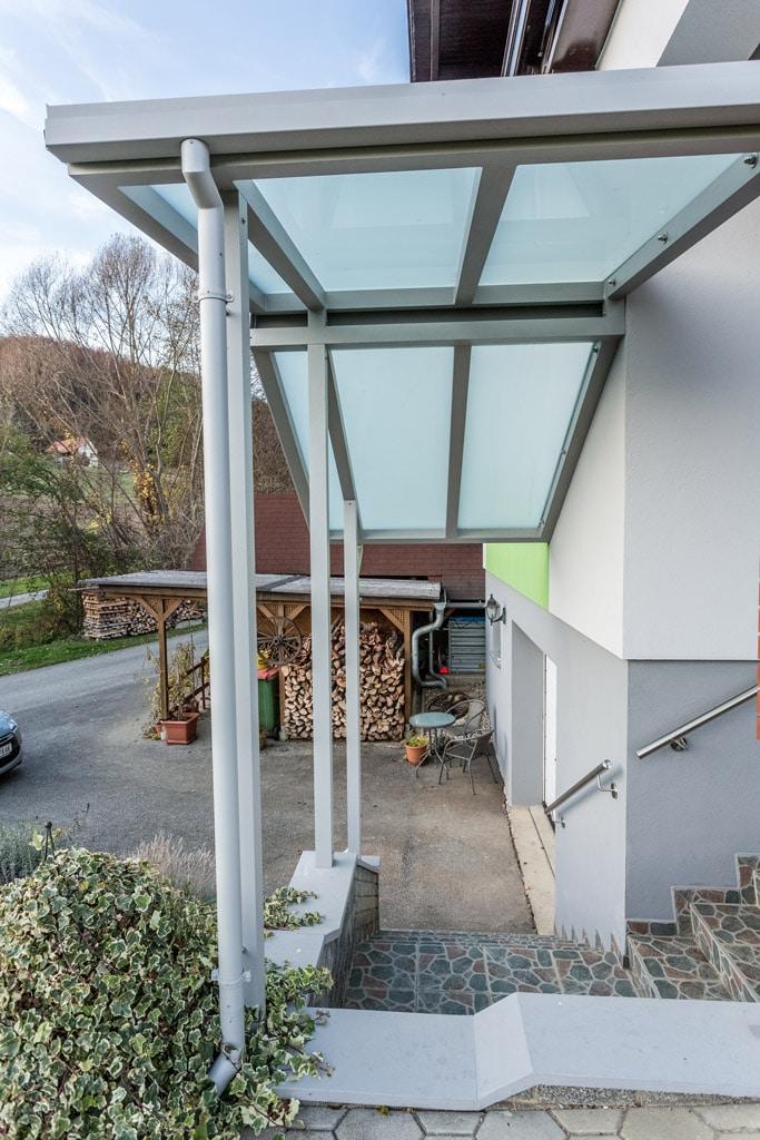 Vordach Alu 35 b   Dach bei Eingang über Stiege, graues pulverbeschichtetes Alu, Glas matt   Svoboda