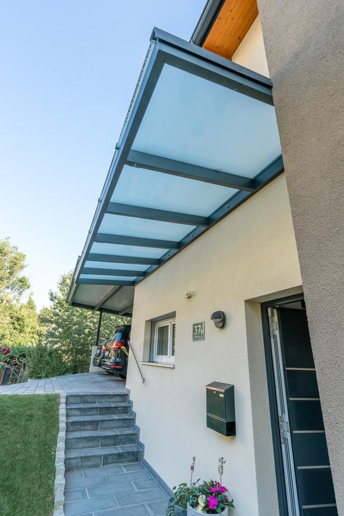 Vordach Alu 37 a   Eingangsdach Alu anthrazit mit Glas matt ohne Steher mit Wandaufhängung   Svoboda