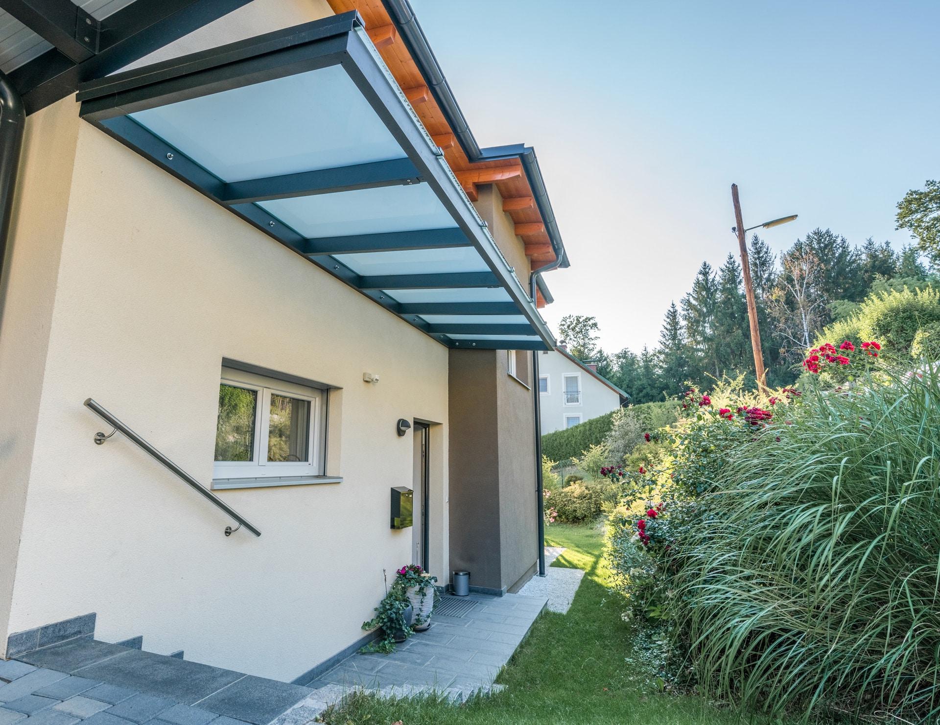 Vordach Alu 37   aufgehängtes Alu-Glas-Dach bei Haustür ohne Steher an Wand befestigt   Svoboda