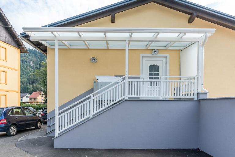Vordach Alu 38 a | weiße Aluminium-Glas-Überdachung draußen bei Eingangsstiege + Geländer | Svoboda