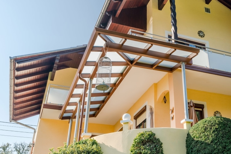 Vordch Alu 39 b | braunes Aludach bei Eingang bzw. Terrasse mit mattem Glas und Nirosteher | Svoboda