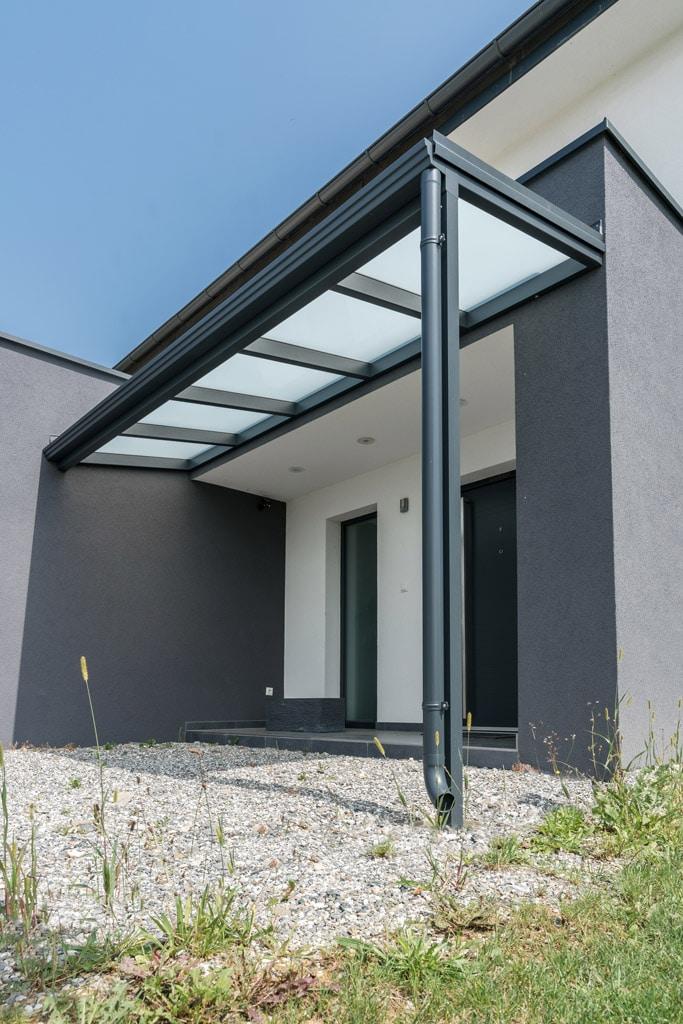 Vordach Alu 40 a   Überdachung von Eingang aus beschichtetem Aluminium anthrazit, Mattglas   Svoboda