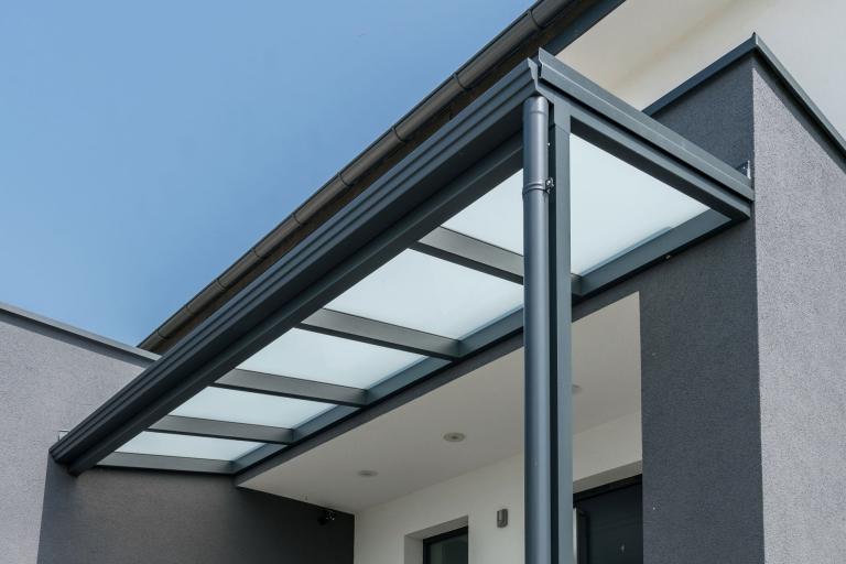 Vordach Alu 40 a | modernes Alueingangsdach Anthrazit mit Mattglaseindeckung | Svoboda Metalltechnik