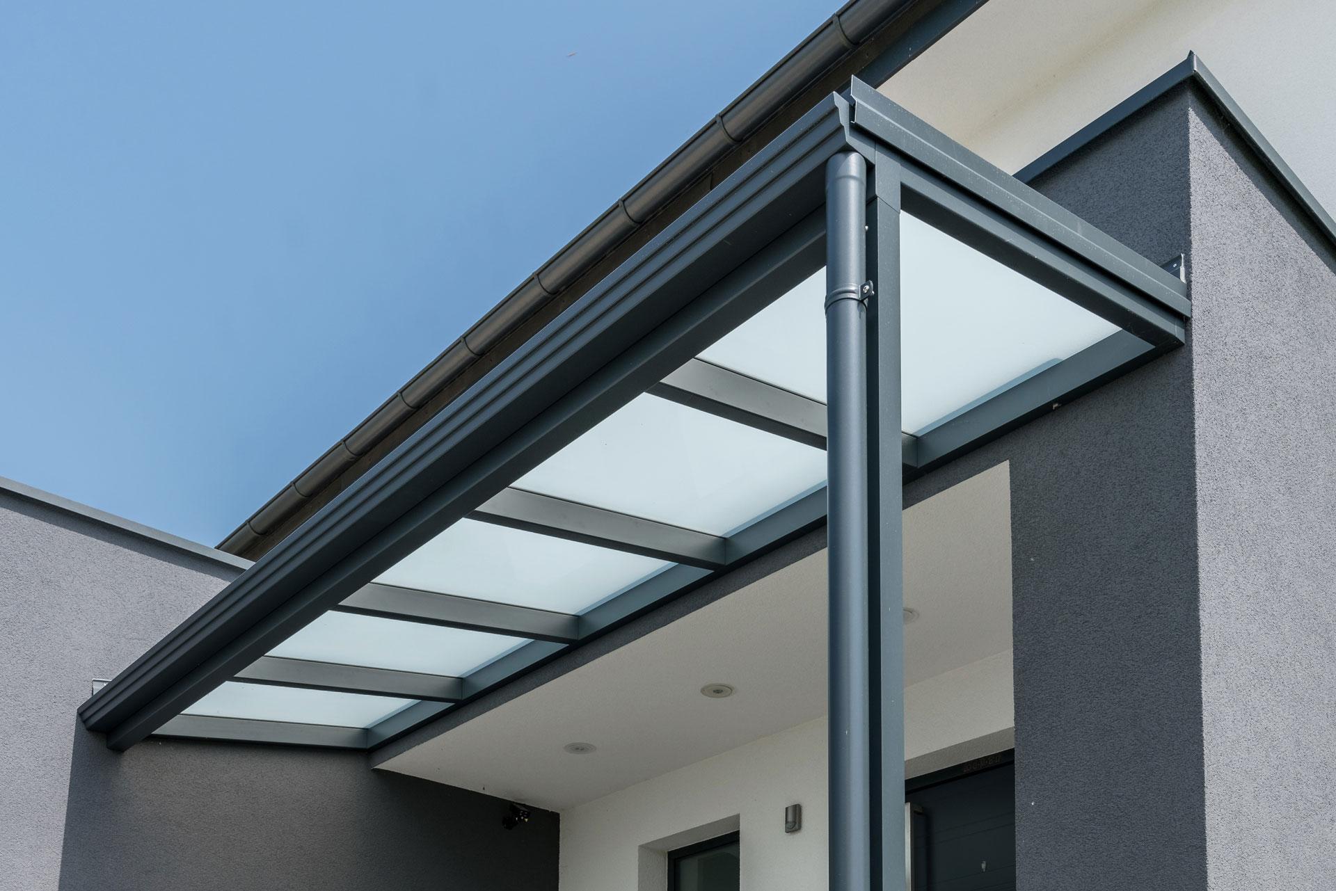 Vordach Alu 40 a   modernes Alueingangsdach Anthrazit mit Mattglaseindeckung   Svoboda Metalltechnik