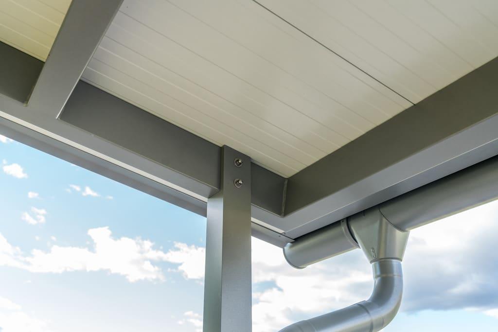 Vordach Alu 43 e | Detail Unteransicht Steherbefestigung, Dachrinne, Regenablauf grau-weiß | Svoboda