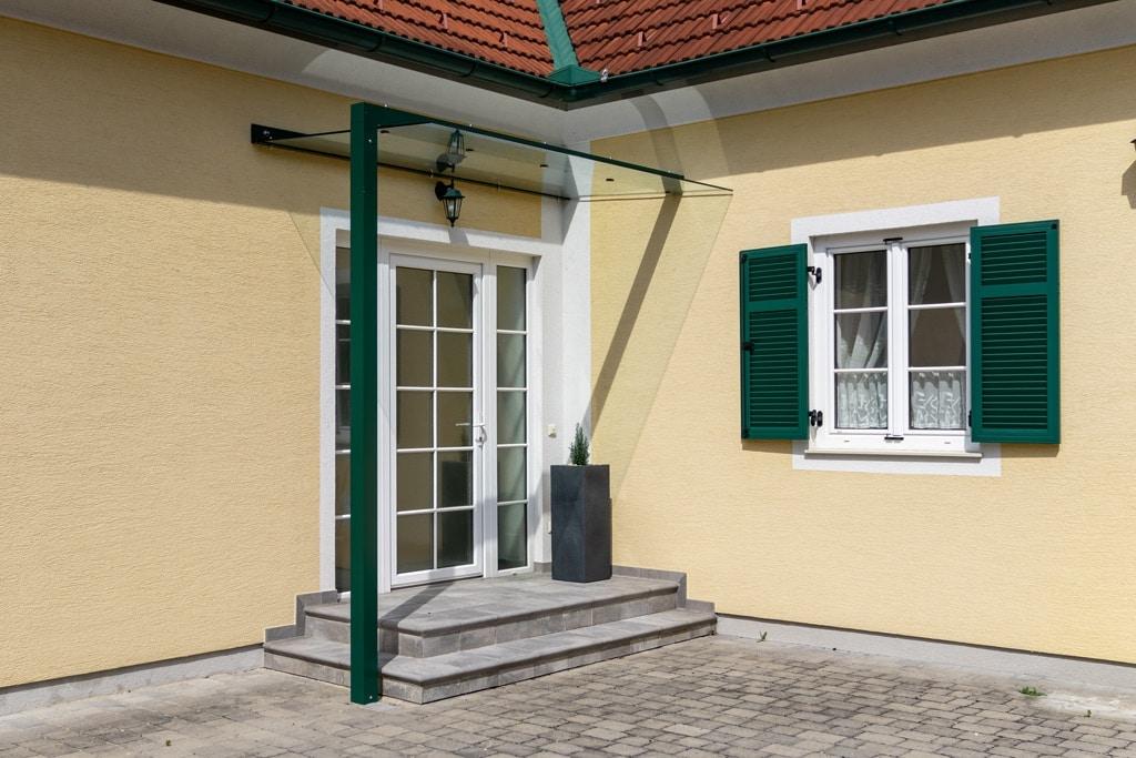 Vordach Alu 44 a | Eingangsdach aus Aluminium-Steher moosgrün, Metallwinkel & Klarglas | Svoboda
