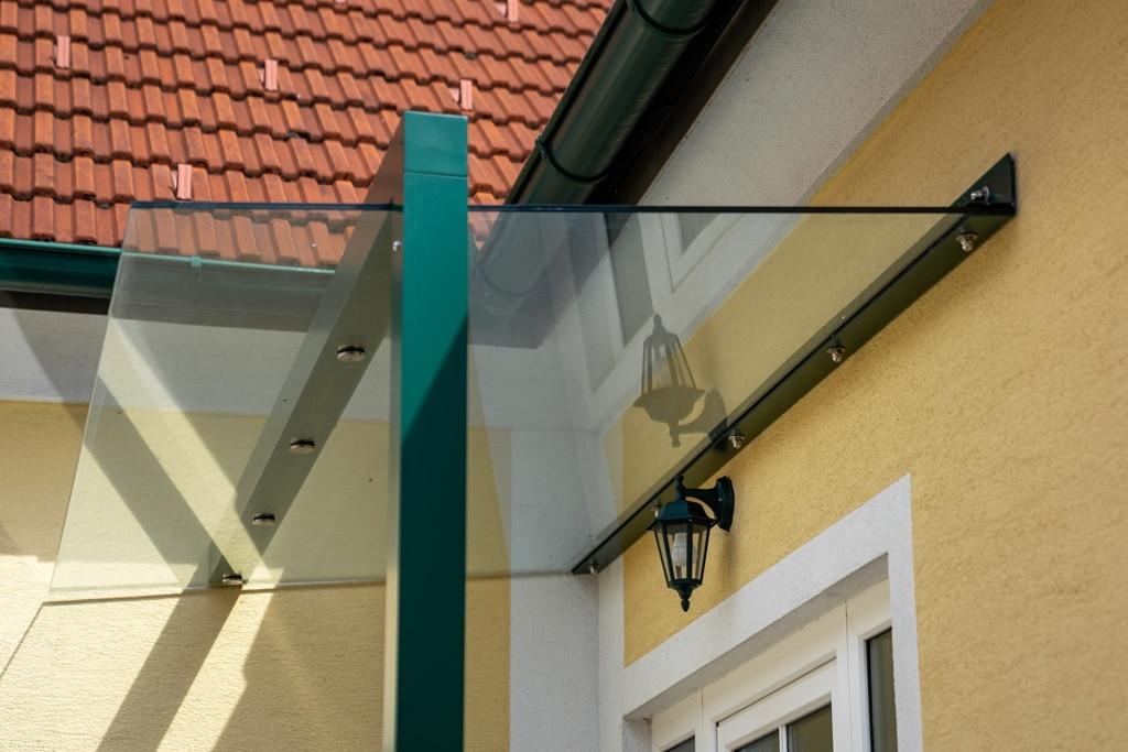 Vordach Alu 44 c | Klarglas mit Wand-Winkelbefestigung und Alu-Stütze mit Punkthaltern | Svoboda