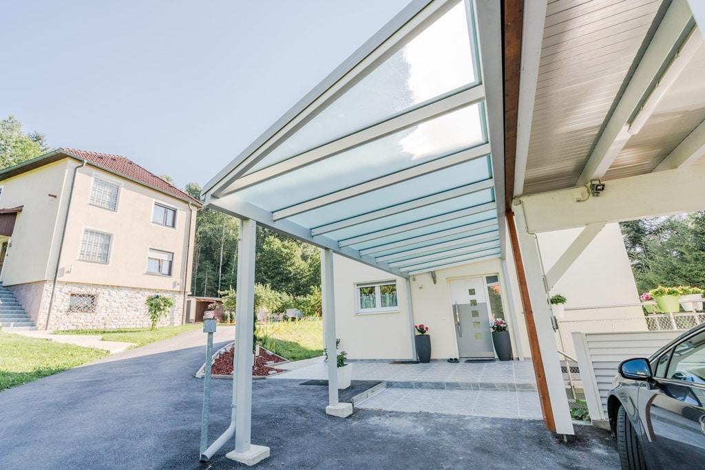 Vordach Alu 45 f | Metallüberdachung weiß bei Eingang zu Carport mit Mattglaseindeckung | Svoboda