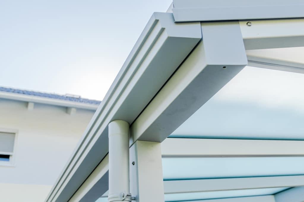 Vordach Alu 45 h | Dachrinne und Regenablaufrohr bei Aluminumvordach, weiß beschichtet | Svoboda