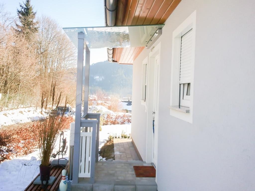 Vordach Niro 03 | Mattglas-Eingangsdach mit Stehern | Svoboda Metalltechnik