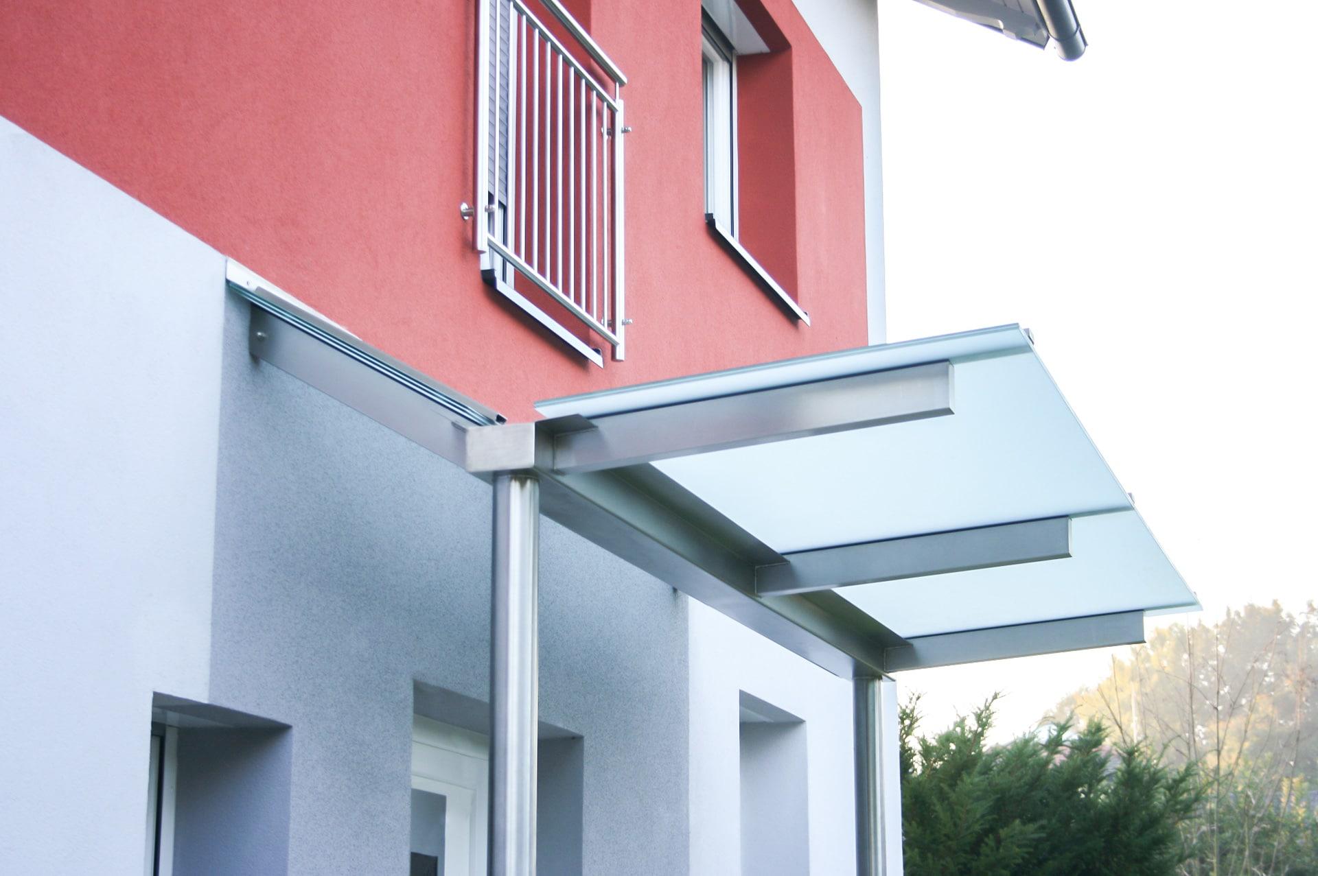 Vordach Niro 13 a | Nirosta-Vordach V-Form mit mittiger Dachrinne und Edelstahlsteher | Svoboda