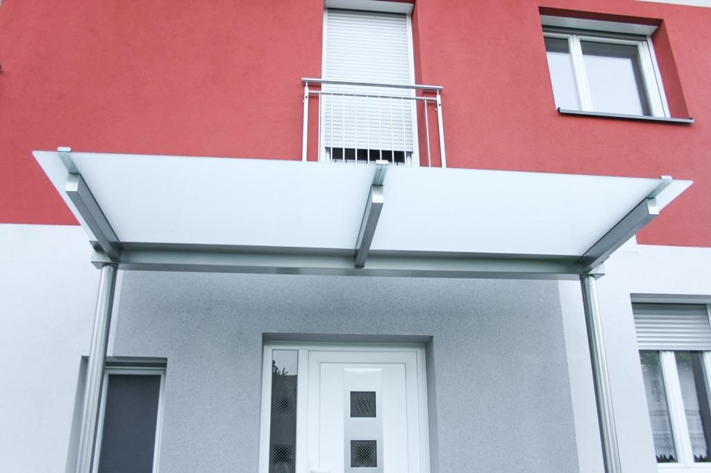 Vordach Niro 13 b | Edelstahleingangsüberdachung mit runden Stehern, Unteransicht Mattglas | Svoboda