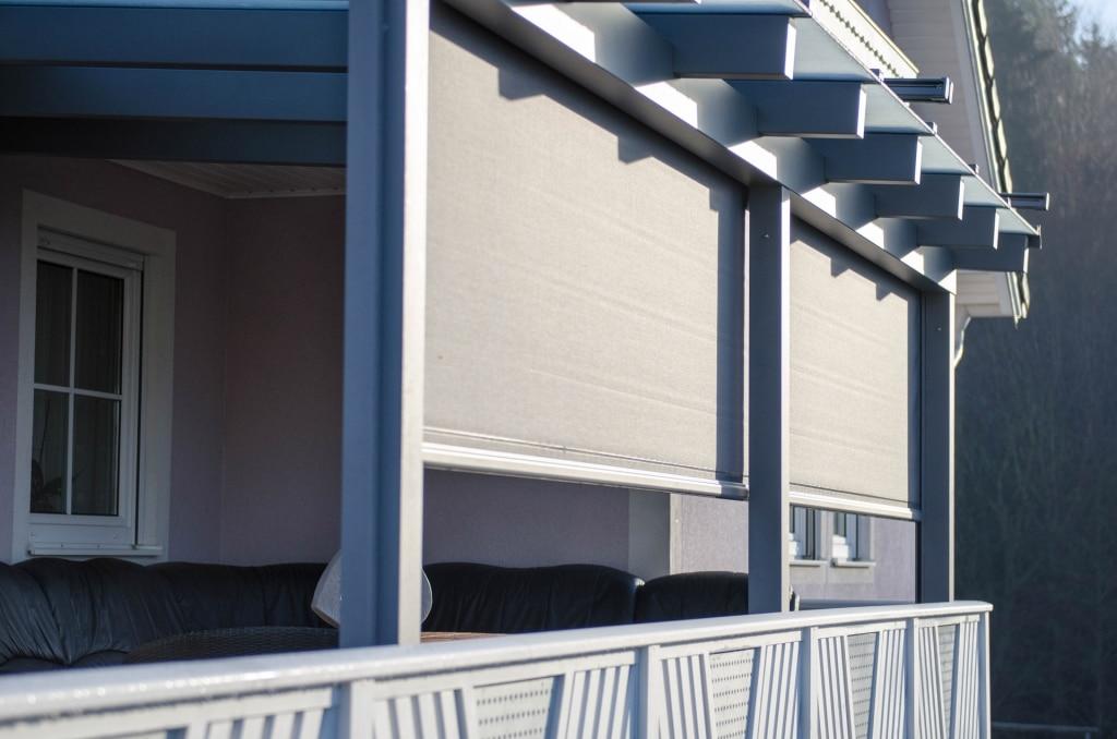 Z 02 b | Senkrechtmarkise bei Terrassendach, Montage auf der Innenseite hinter Steher | Svoboda
