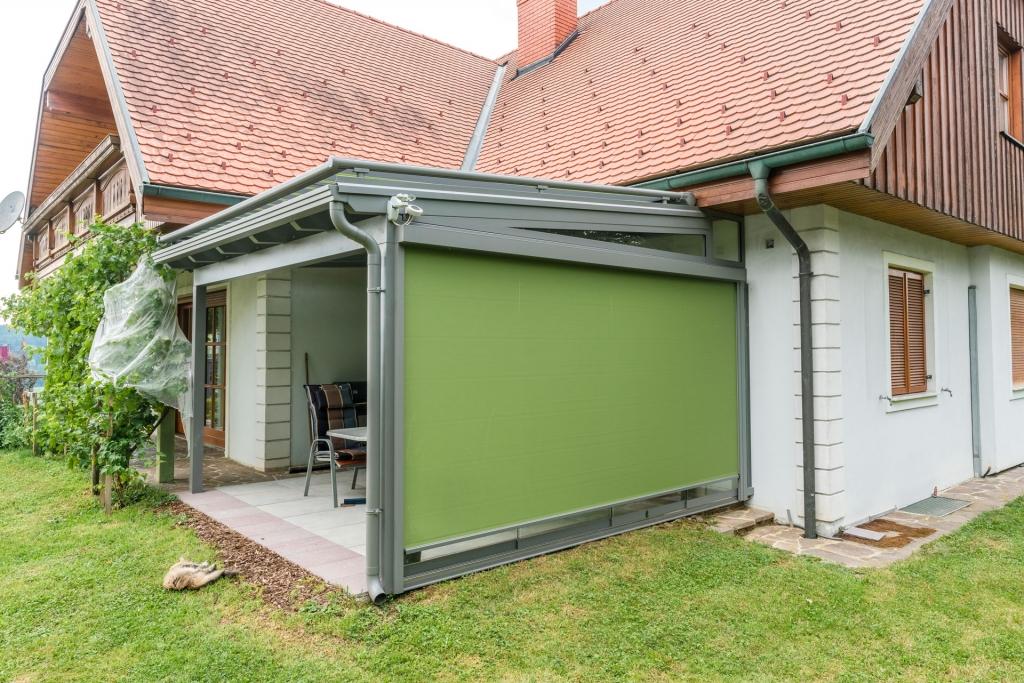 Z 07 b   grüne Senkrechtmarkise seitlich auf Terrasse, Sonnenschutz & leichter Windschutz   Svoboda