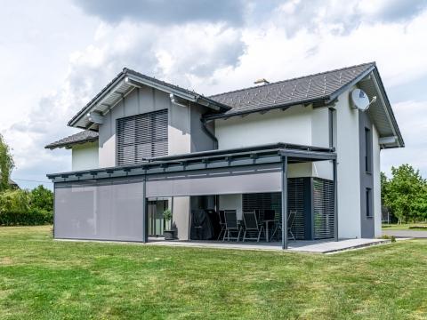 Z 13 b | Senkrechtbeschattung grau bei modernem Aluminium-Terrassendach anthrazit | Svoboda