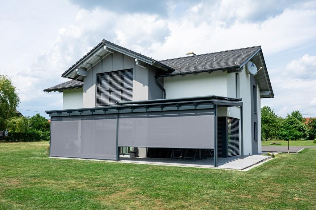 Z 13 c | Vertikalbeschattung und Blendschutz aus grauem Markisenstoff bei Terrassendach | Svoboda