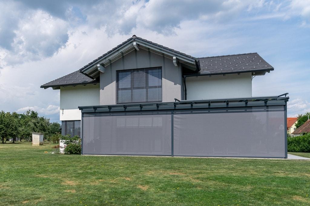 Z 13 g | Aludach mit 2 geschlossenen Z-Markisen, modernes Haus grau mit grauem Ziegel-Dach| Svoboda