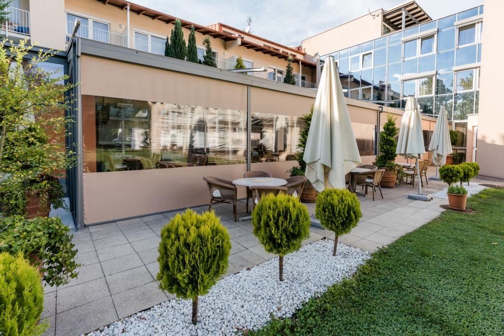 Z 14 a | braune Vertikalmarkisen mit Sichtfenster Folie bei Aludach bei Hotelgastgarten | Svoboda