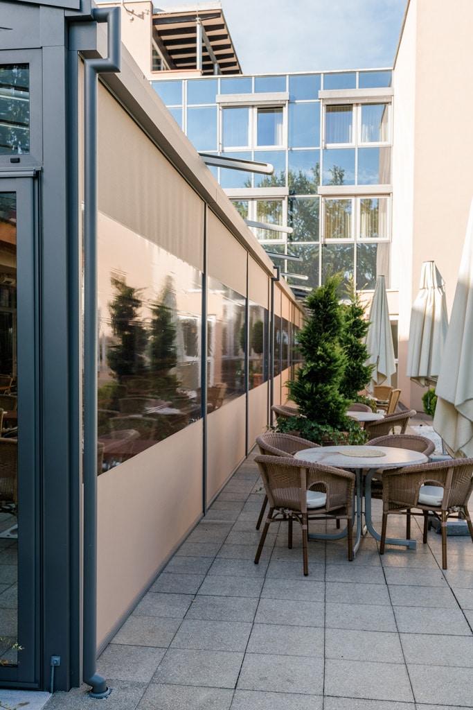 Z 14 l | Z-Markise bei Aluminium-Terrassenüberdachung bei Hotelanlage mit Sichtfenster | Svoboda