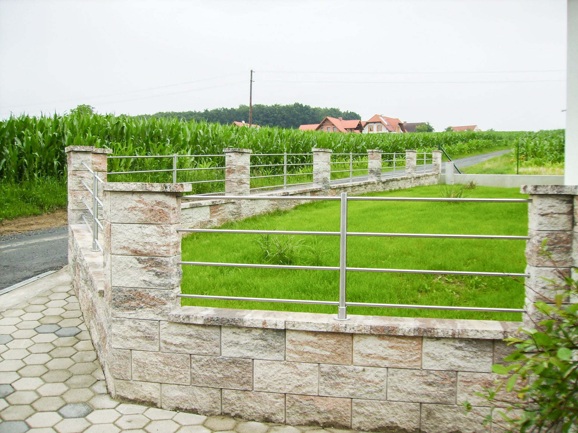 ZE Bochum 01 c | Zaun auf Steinmauer aus Edelstahl Metall Stangen waagrecht | Svoboda Metalltechnik
