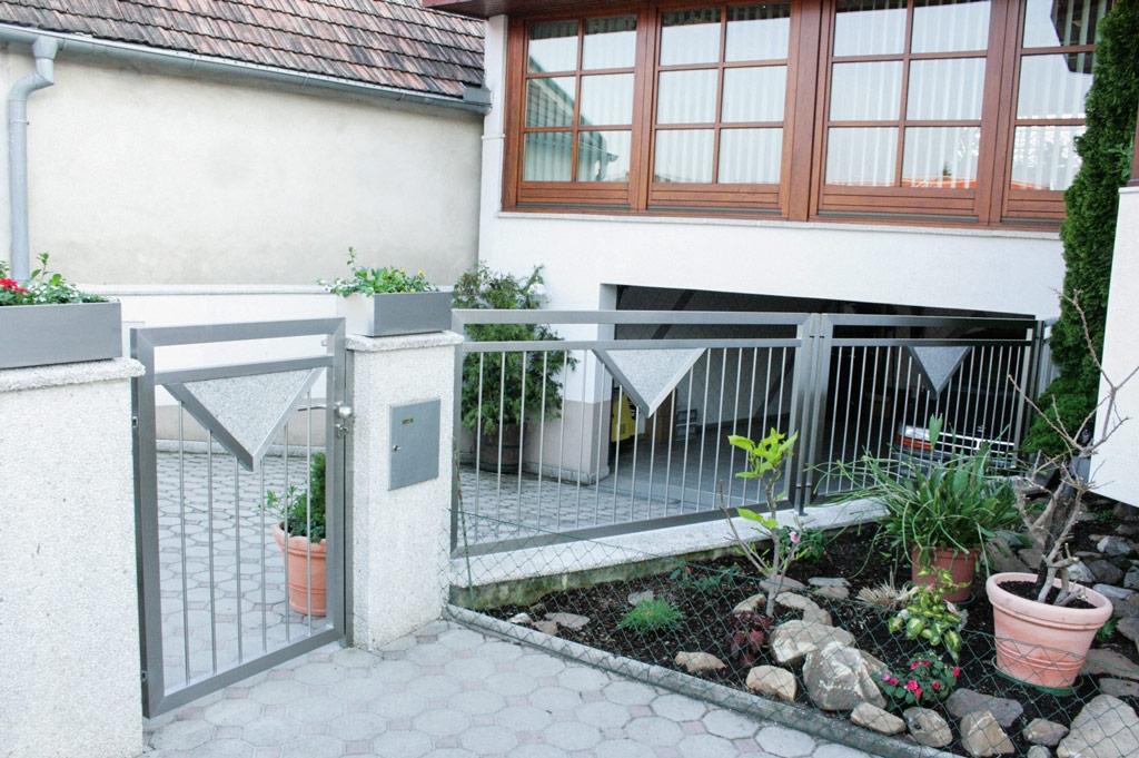 ZE Bonn 01 a | Edelstahlzaun mit Gehtür aus senkrechten Stangen und Dreieick Stein Platte | Svoboda