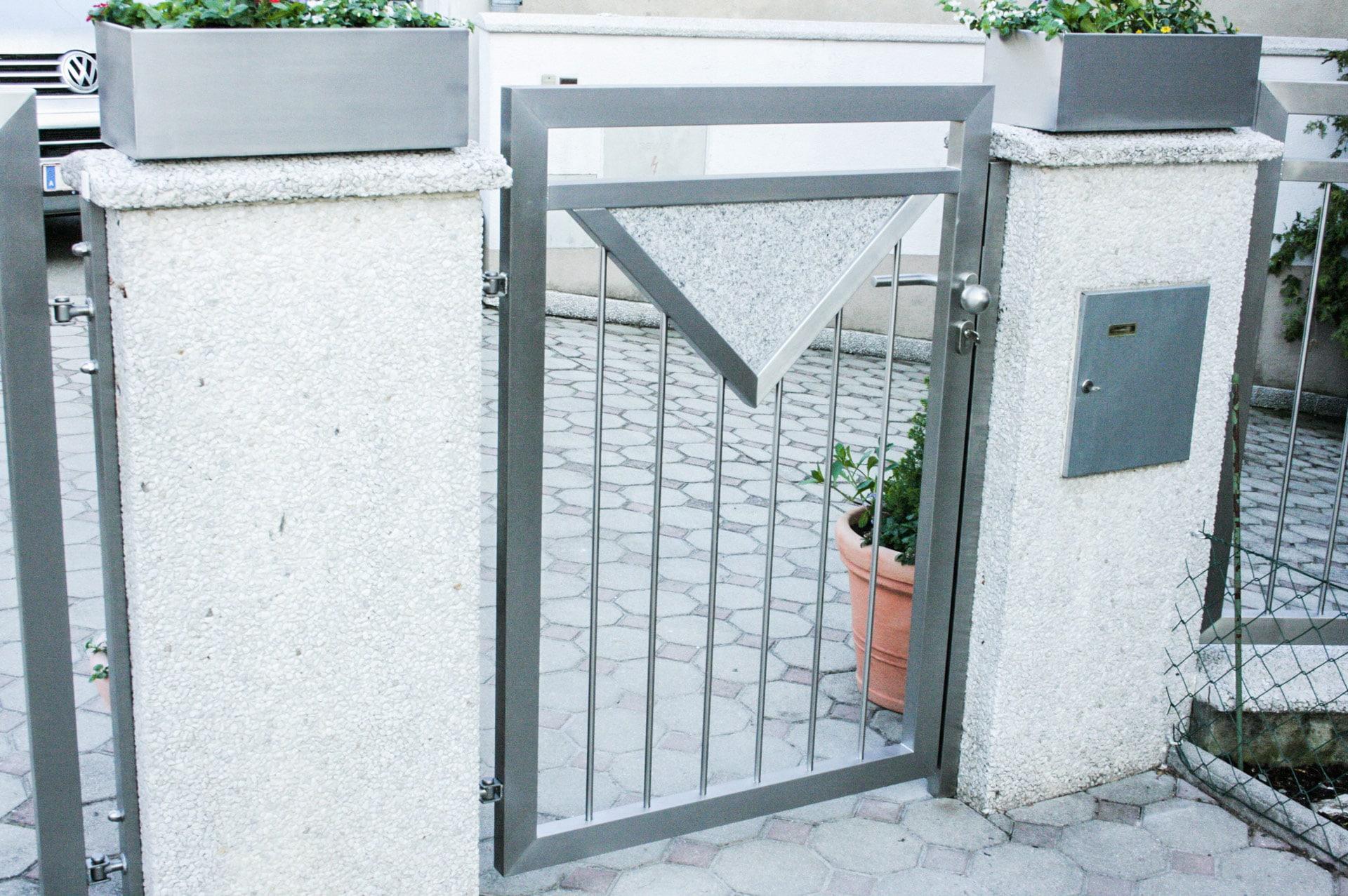 ZE Bonn 01 c | Zauntür mit senkrechten Stäben und Steindekor | Svoboda Metalltechnik