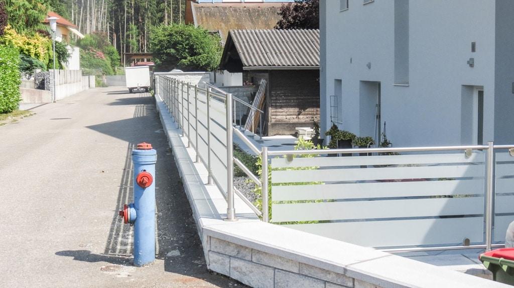 ZE Bremen 02 b | Edelstahl-Glas-Zaun mit Streifen auf Mauer aufgesetzt | Svoboda Metalltechnik