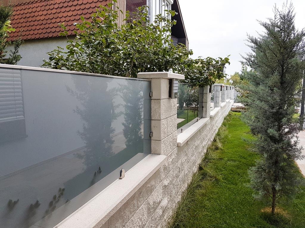 ZE Bremen 03 b | Mattglas Glasfelder bei Mauer als Sichtschutz-Zaun | Svoboda Metalltechnik